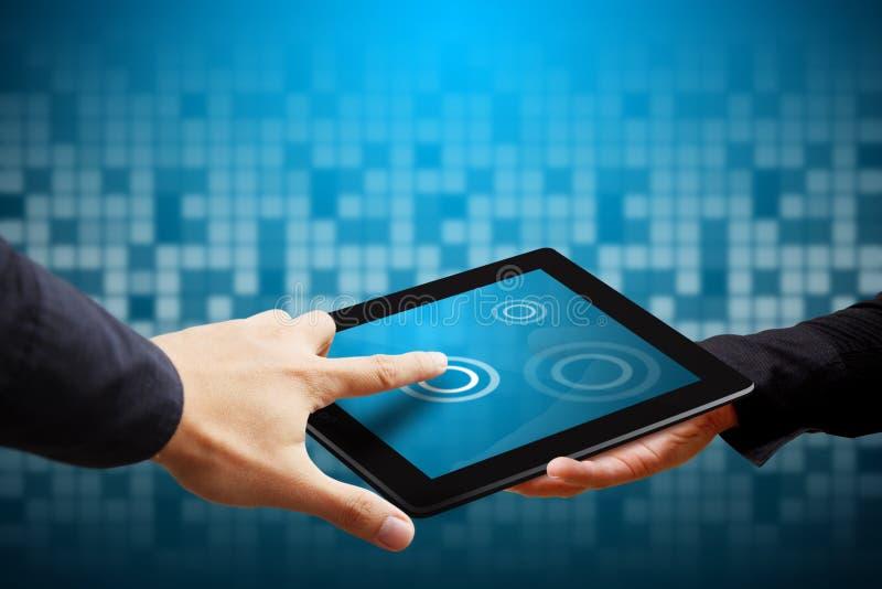 Умное касание руки на цифровой таблетке стоковая фотография rf