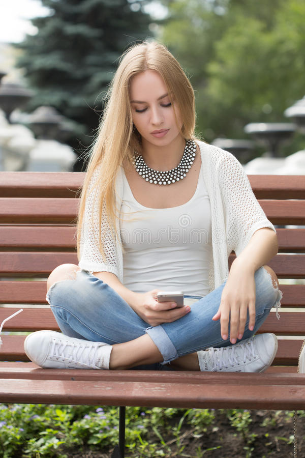 Умное чтение профессиональной женщины используя телефон стоковые фотографии rf