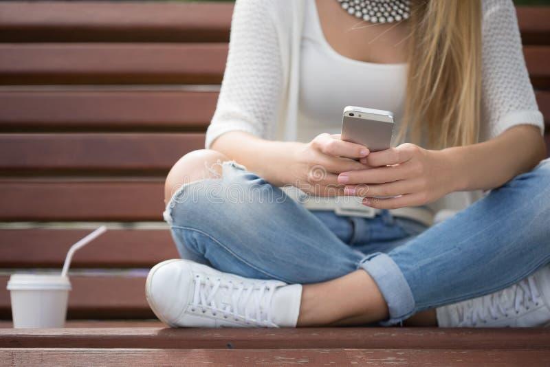 Умное чтение профессиональной женщины используя телефон стоковая фотография