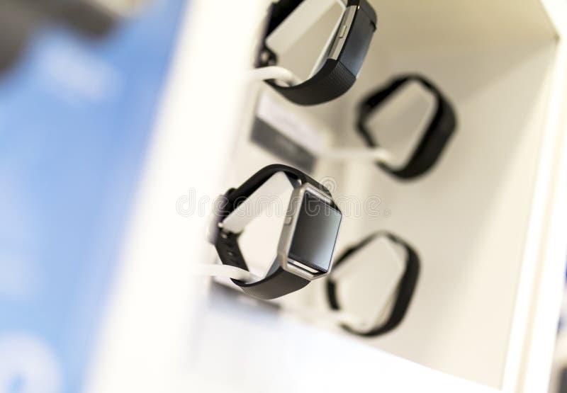 Умные дозоры и устройства на дисплее в розничной окружающей среде внутри стоковое изображение
