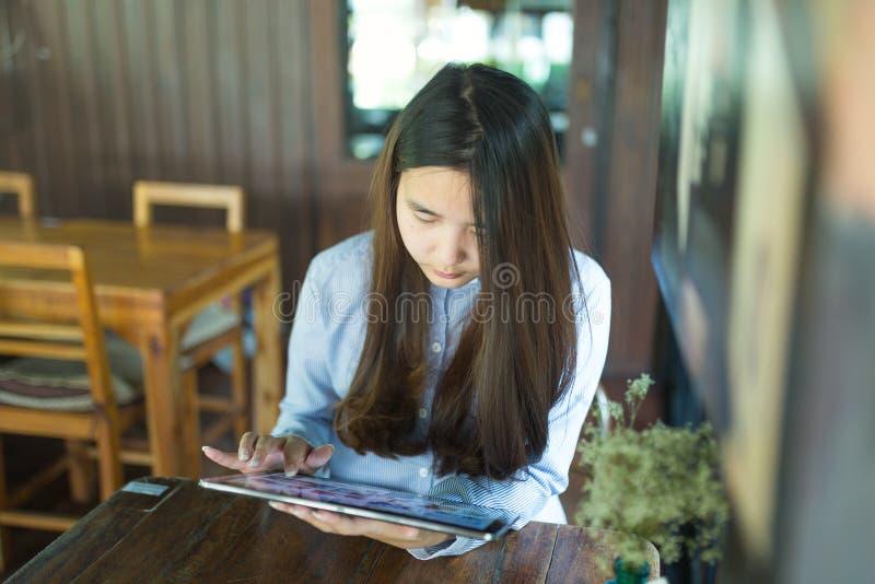 Умные женщины используя компьтер-книжку и smartphone и технологию стоковые изображения