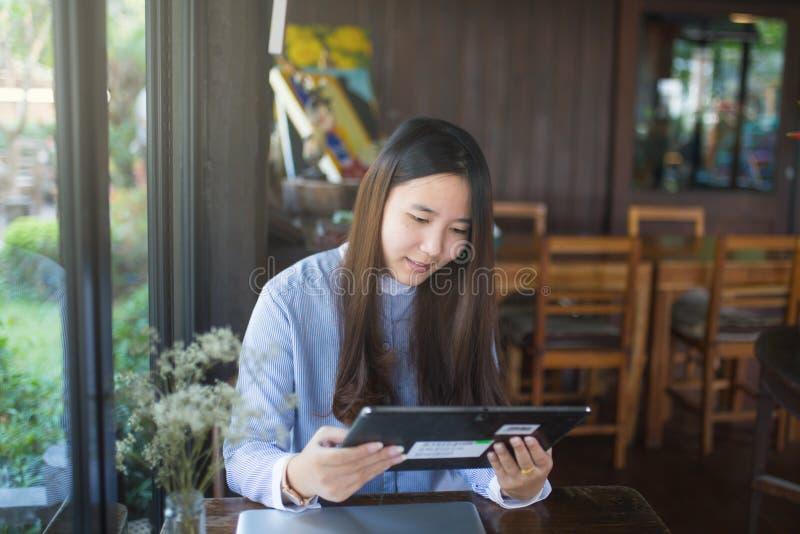 Умные женщины используя компьтер-книжку и smartphone и технологию стоковые фото