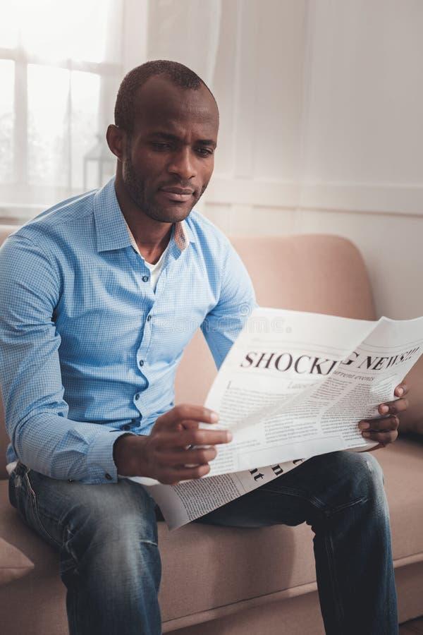Умные новости чтения молодого человека стоковая фотография rf