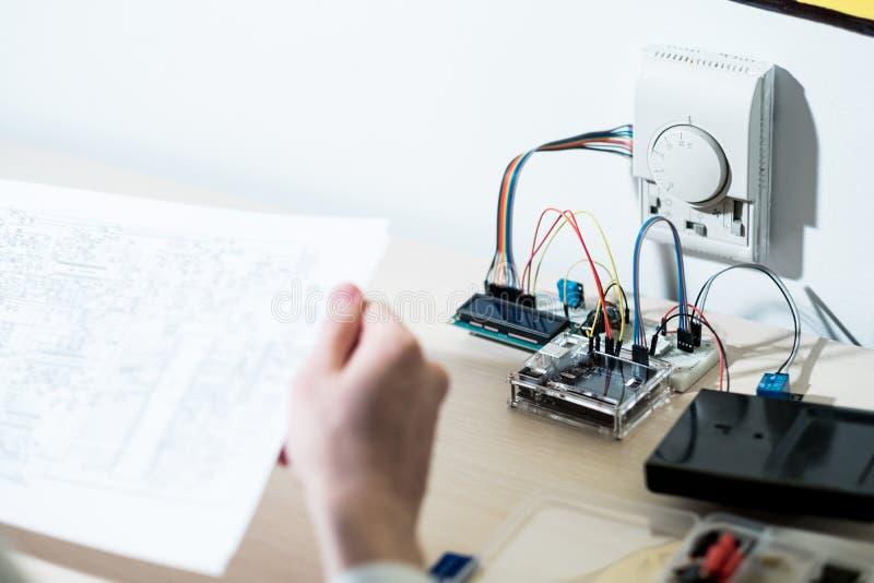 Умные схемы инженера по разработке новых конструкций домашней системы стоковая фотография rf