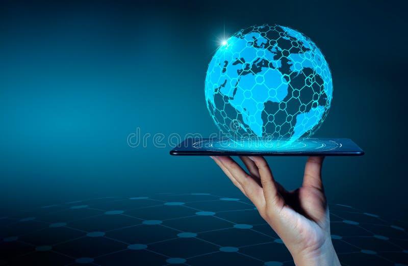 Умные телефоны и бизнесмены интернета мира связи соединений глобуса неупотребительные отжимают телефон для того чтобы связывать в стоковое фото rf