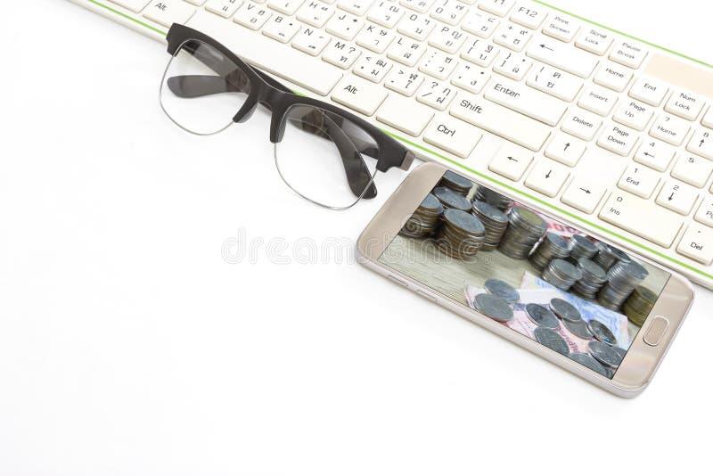 Умные телефон и клавиатура и стекла на белой предпосылке, концепции дела стоковые фотографии rf