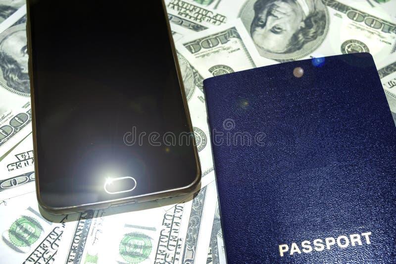 Умные телефон и наушник с чашкой кофе на старой деревянной предпосылке с космосом экземпляра Взгляд сверху стоковые фотографии rf