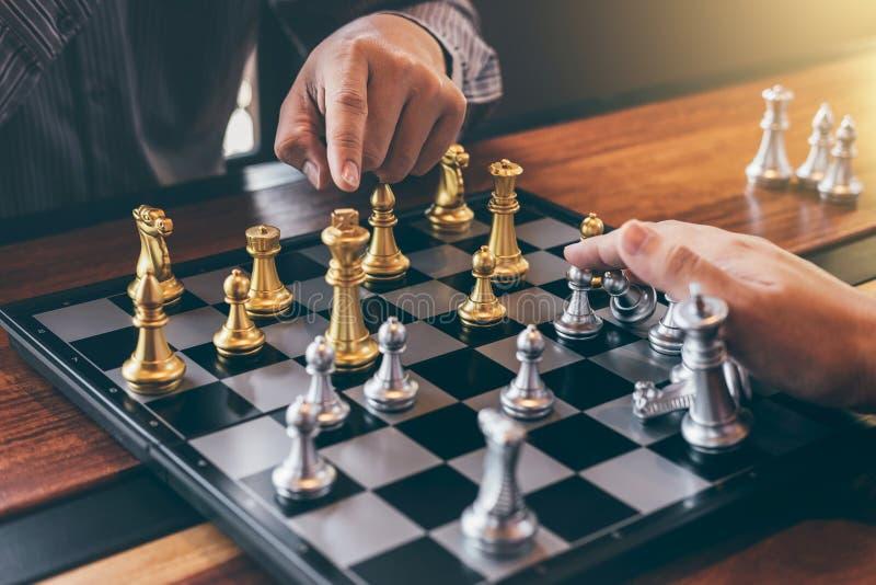 Умный бизнесмен играя конкуренцию с противоположной командой, планируя дело шахматов стратегическое к развитию для выигрыша стоковые фотографии rf