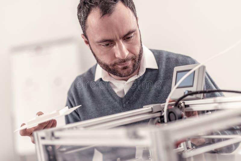 Умный взрослый инженер исправляя принтер 3D стоковая фотография rf