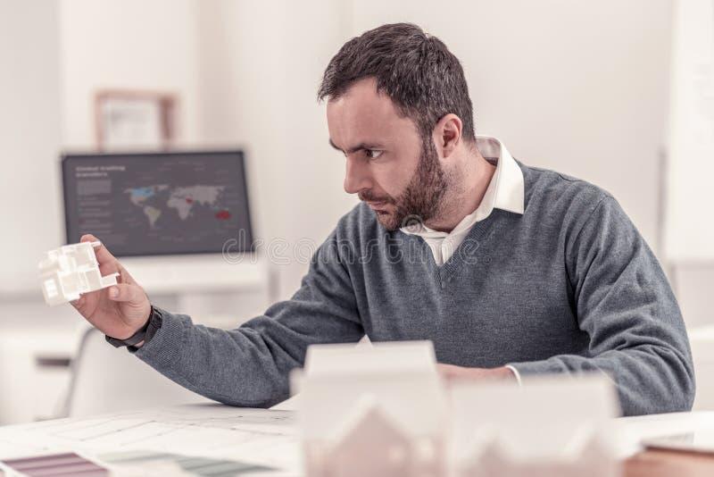 Умный взрослый инженер работая на проекте стоковые изображения