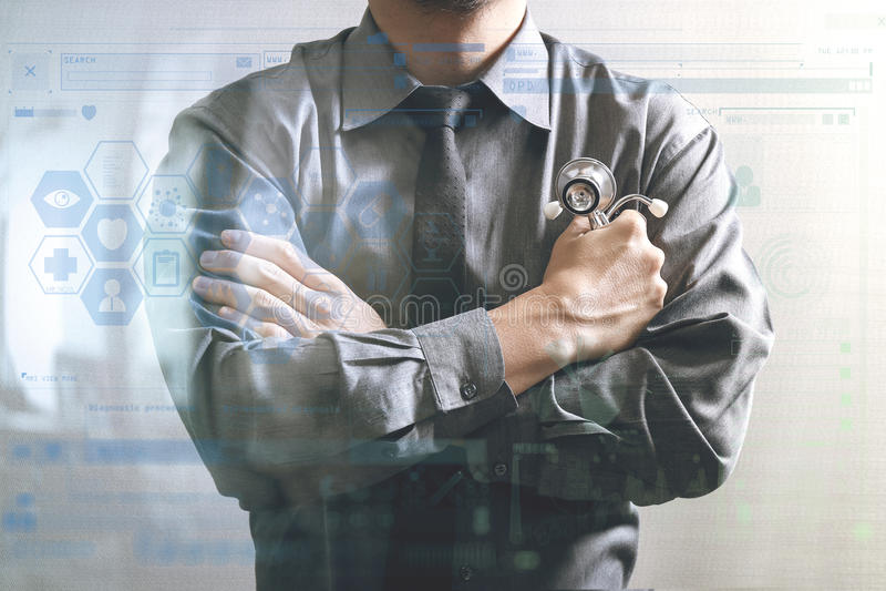 умный врач через его оружия, компьютер экрана касания, stet стоковое изображение rf