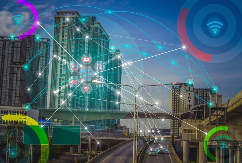 Умный город и беспроволочный интернет концепции IOT коммуникационной сети вещи стоковые фото