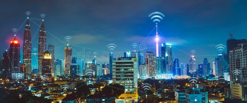 Умный город с современными зданиями и сетями стоковое изображение rf