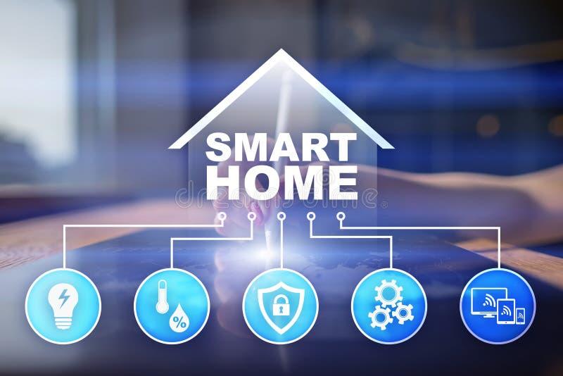 Умный домашний цифровой интерфейс на виртуальном экране Интернет и концепция технологии автоматизации бесплатная иллюстрация
