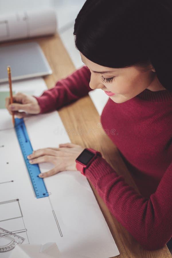 Умный женский инженер фокусируя на работе стоковое изображение rf