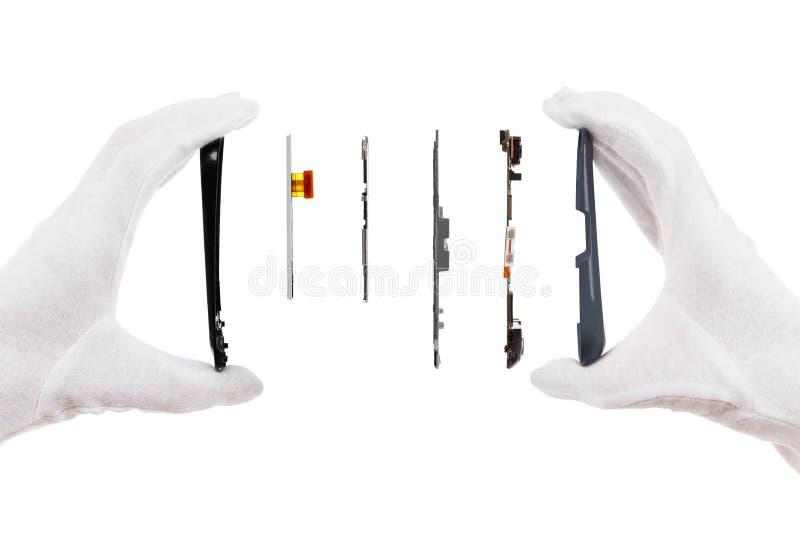 Умный изолят компонентов телефона на белизне с руками ремонтника стоковые изображения