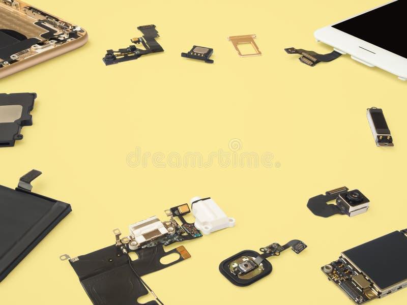 Умный изолят компонентов телефона на желтой предпосылке стоковая фотография