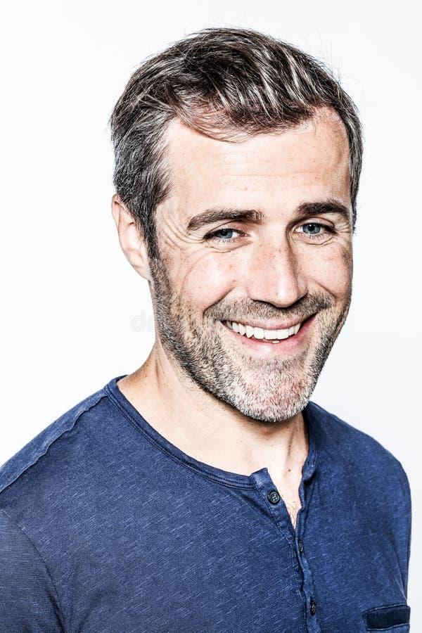 Умный молодой бородатый человек с усмехаться волос соли и перца стоковые изображения rf