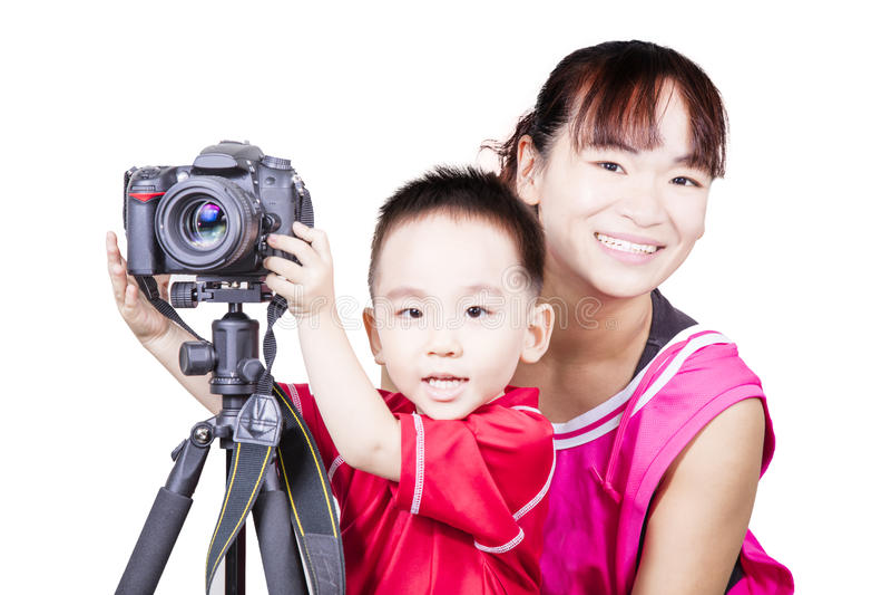 Умный ребенк при мать играя камеру стоковое изображение rf