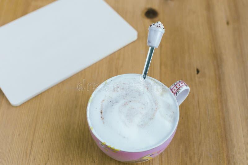 Умный телефон с тетрадью и чашкой сильного кофе на деревянном bac стоковая фотография
