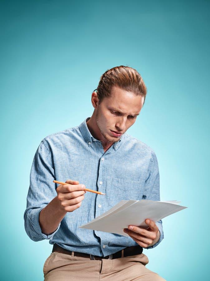 Умный унылый студент с листами бумаги стоковые фотографии rf