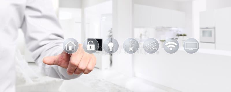 Умный экран касания руки домашней автоматизации с символами на интерьере стоковое фото rf
