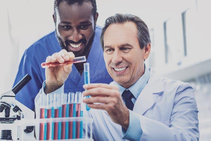 2 умных bioengineers изучая генетический код совместно стоковое фото