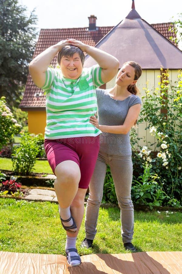 Умственно - неработающая женщина делает некоторое помогать тренировки стоковые фотографии rf