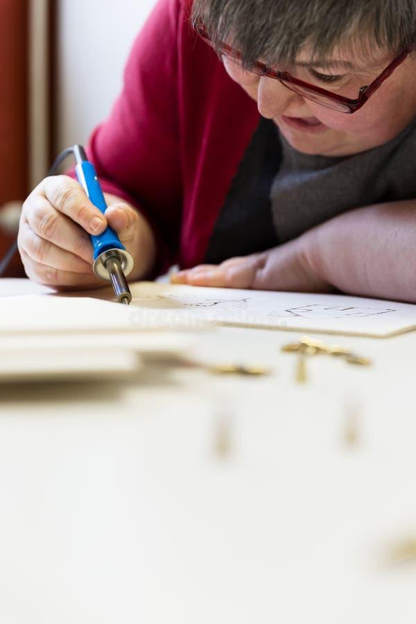 Умственно - неработающая женщина творческа стоковые изображения