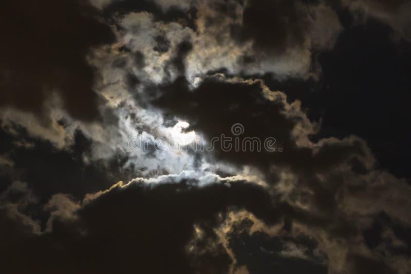 луна приходя через облака стоковая фотография rf