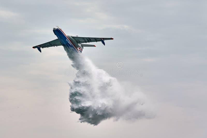 Универсальное воздушное судно Beriev Be-200ES лодкамиамфибии падает вода Воздушное судно демонстрирует пожаротушение над водой Чё стоковая фотография rf