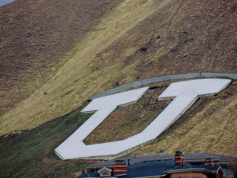 """Университет  """"U†Ютов Юты большого белого на стороне горы вдоль гор Уосата передних скалистых в Солт-Лейк-Сити Юте стоковые фото"""