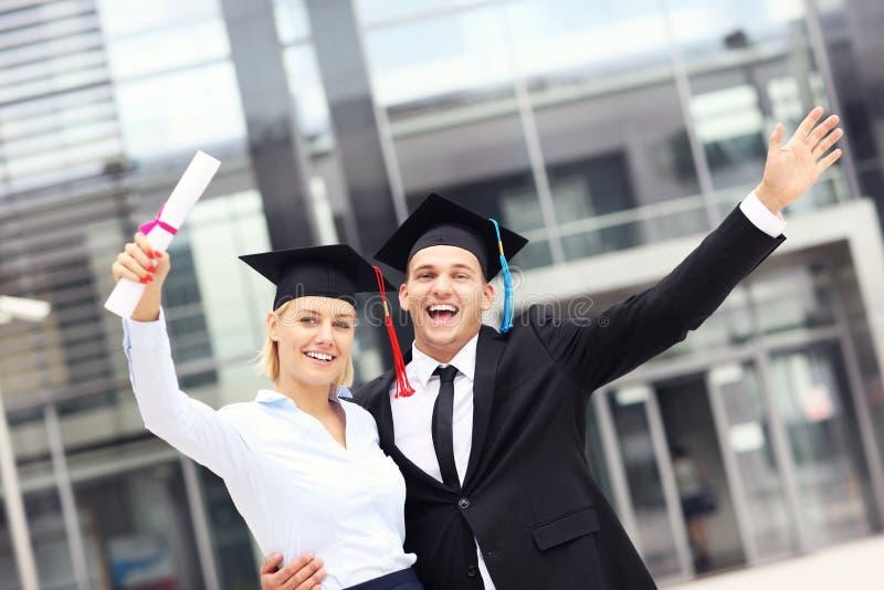 Университет жизнерадостных студент-выпускников внешний стоковая фотография