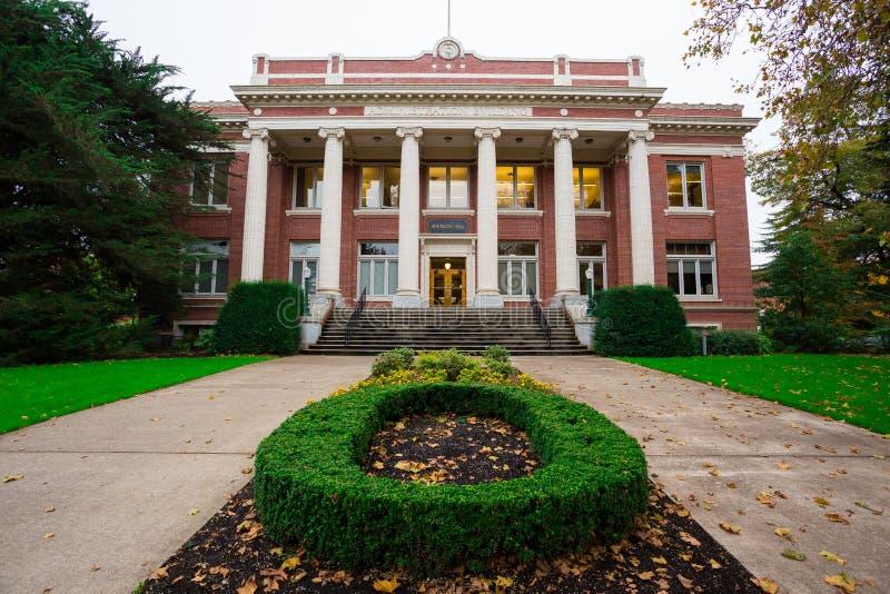 Университет здания Джонсона Hall административный Орегона стоковое фото rf