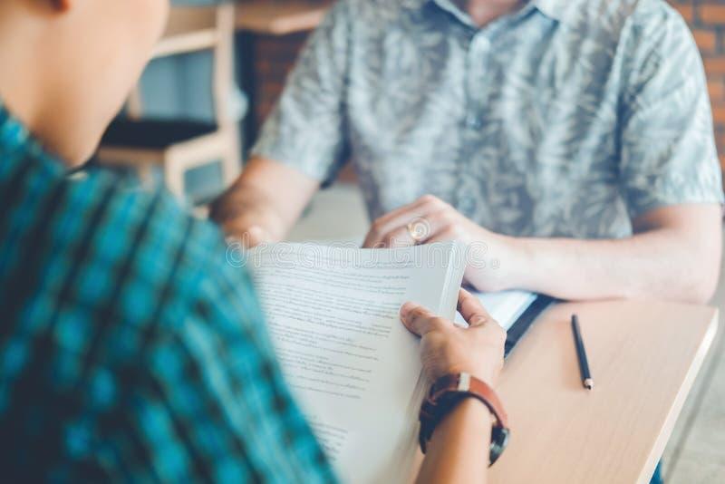 Университет изучая друзей изучая и читая книги в clas стоковое фото