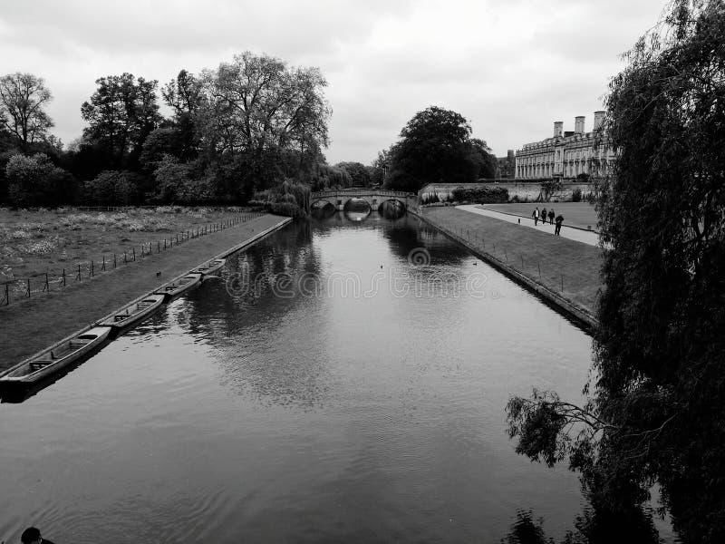 Университет Кембриджа в BW стоковое фото