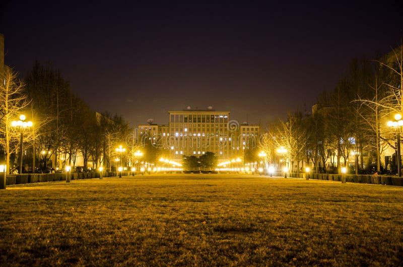 Университет Tsinghua на ноче, Пекине стоковые фотографии rf