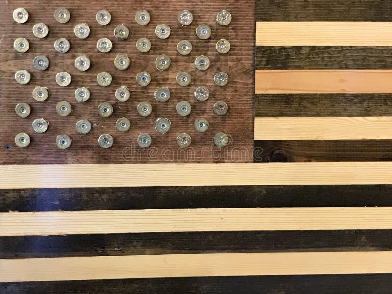 Уникально американский флаг сделанный древесины и 12 раковин корокоствольного оружия датчика стоковое фото