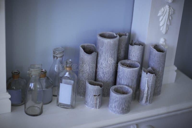 Уникально красочная керамическая ваза и стеклянные бутылки стоковое фото
