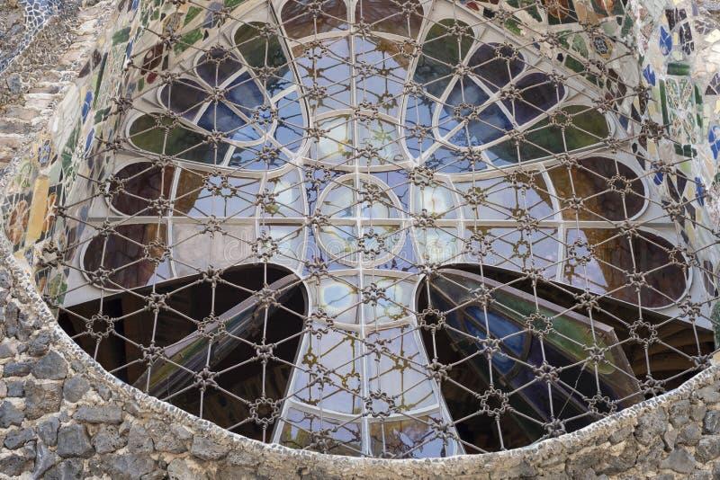 Уникальные окна в базилике построенной Gaudi r стоковые изображения rf
