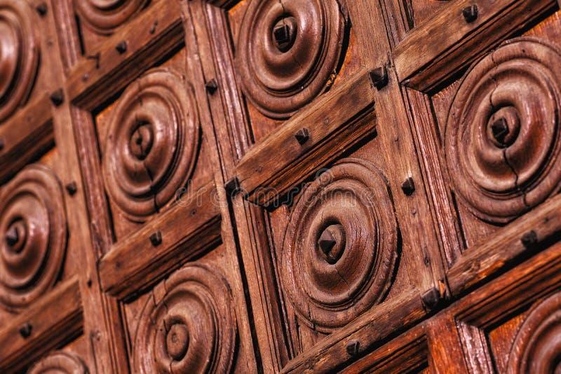 Уникальные старые деревянные двери, украшение стоковые изображения