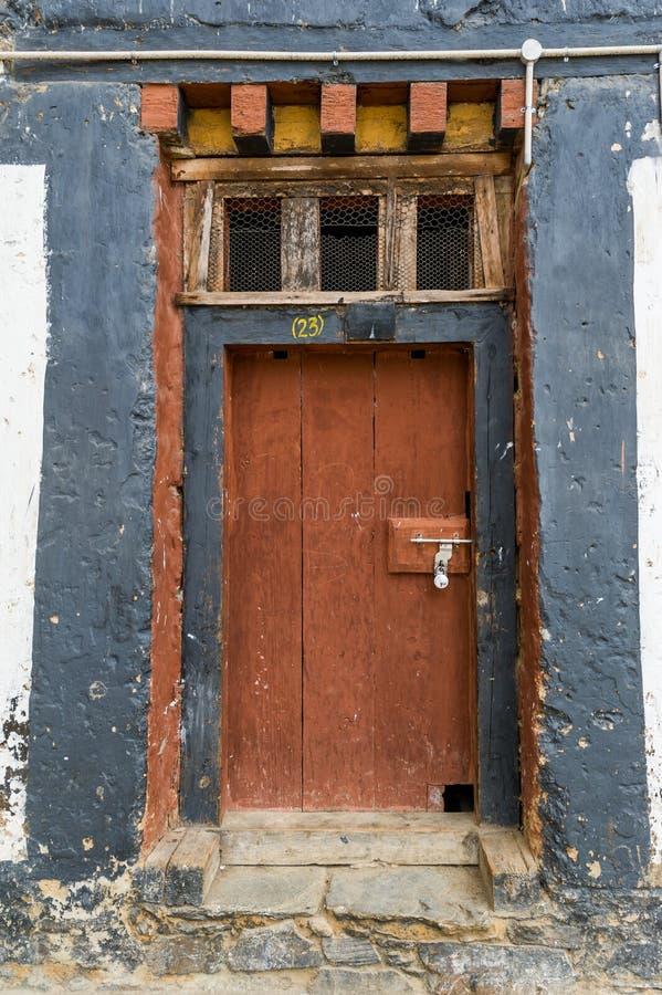 Уникально деревянная архитектура двери в бутанском dzong стоковая фотография