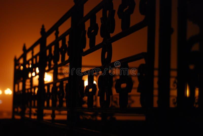 Уникально загадочный взгляд детали загородки церков на очень туманном вечере стоковые фото