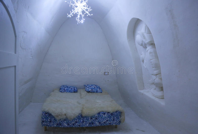 Уникально красиво украшенная комната снега в гостинице снега на замке снега LumiLinna в Kemi, Финляндии стоковые изображения