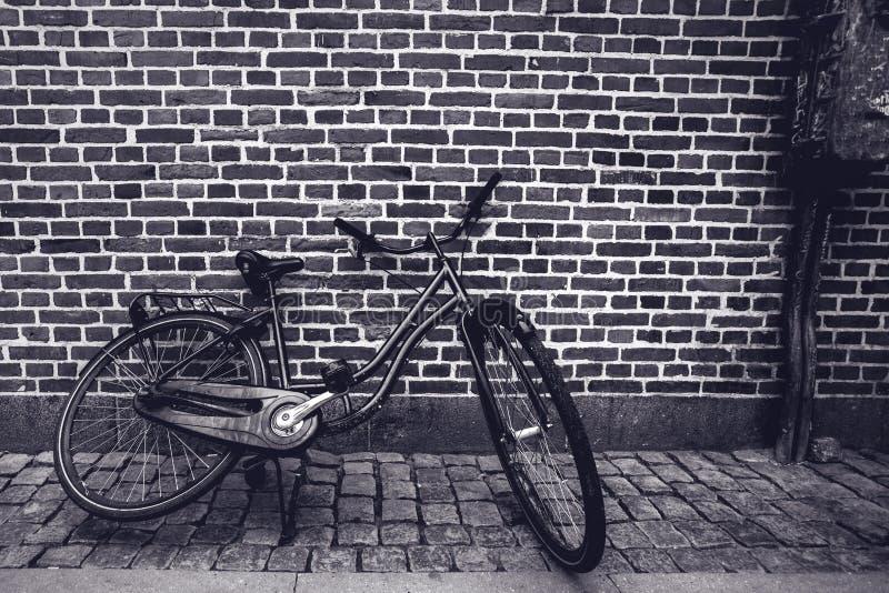 Уникально классическая винтажная склонность велосипеда битника против stree стоковые фотографии rf