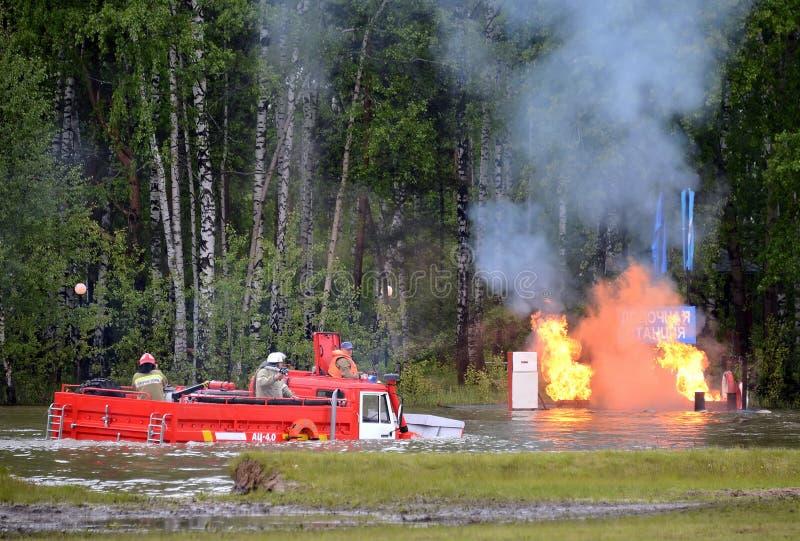 Уникально плавая пожарная машина AC-4,0 на шасси сериала Ural-4320 на растояние Noginsk спасает центр Minist стоковые изображения