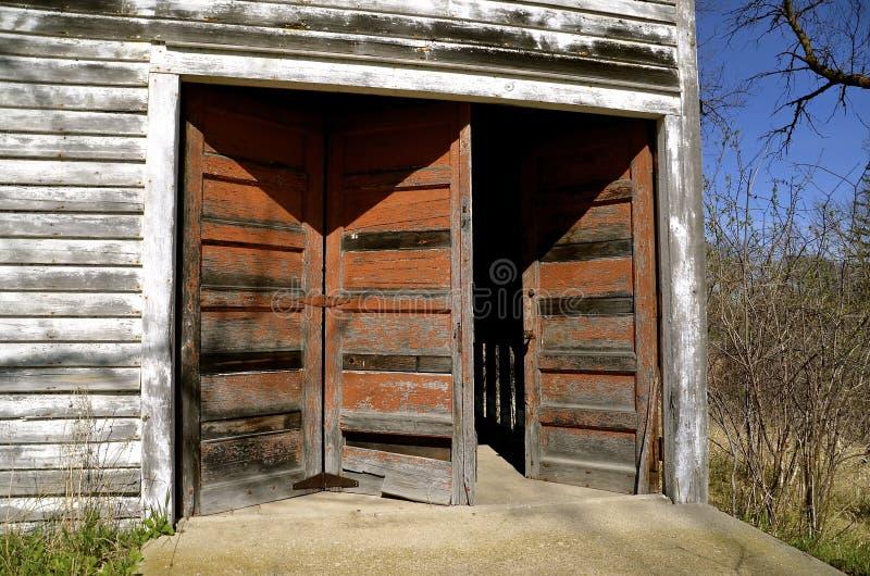 Уникально старая система двери гаража стоковые изображения rf