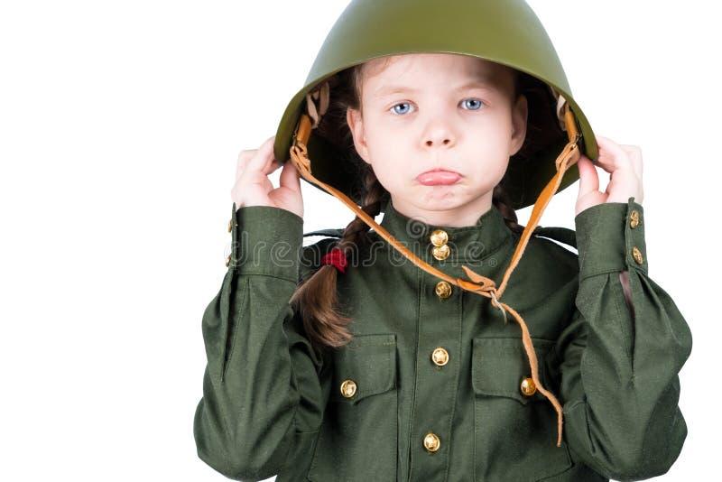 Унылая девушка в шлеме военной формы и утюга на изолированной голове, стоковое изображение
