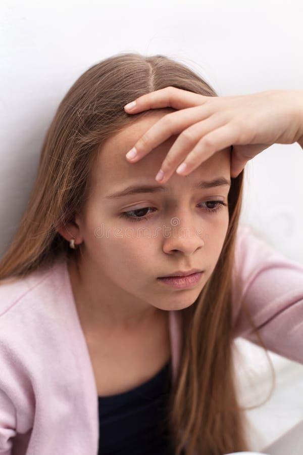 Унылая девушка подростка подпирая ее голову - портрет крупного плана стоковая фотография rf
