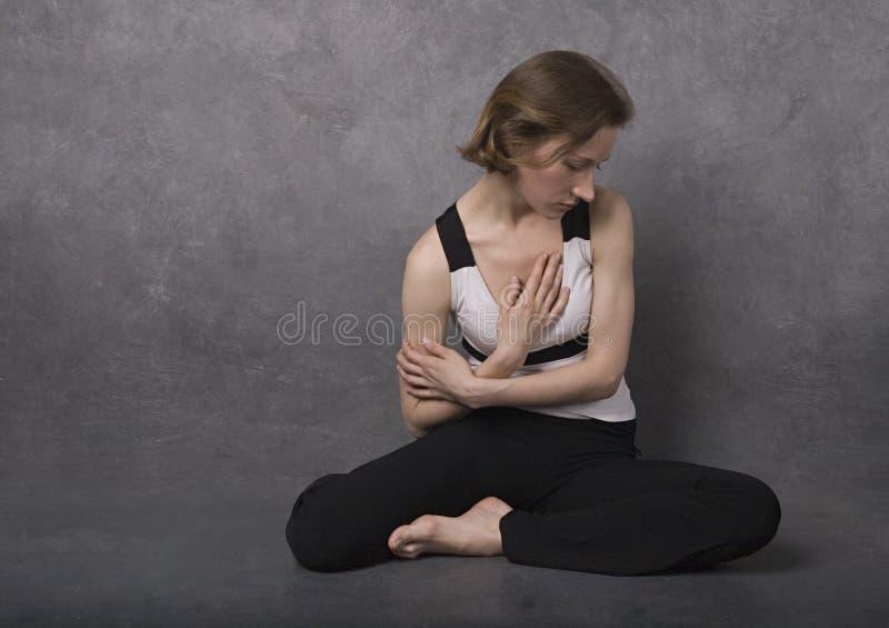унылая женщина студии съемки стоковое фото rf